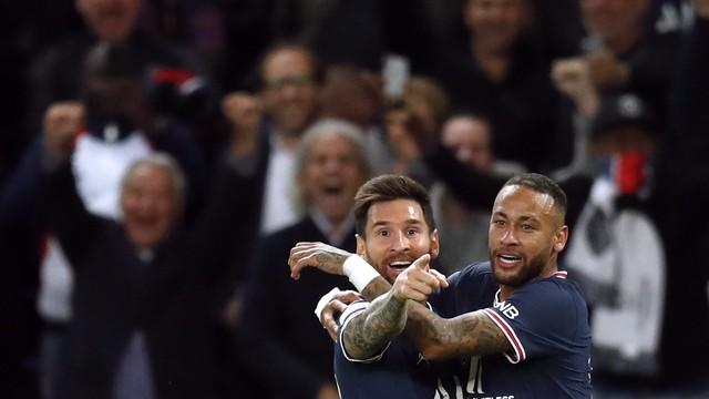 Messi comemora com Neymar e aponta para Mbappé, após marcar o segundo gol do PSG contra o Manchester City