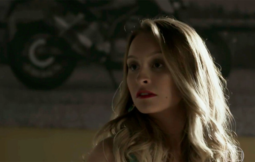 Em 'A Força do Querer', Carine (Carla Diaz) está na casa de Rubinho (Emilio Dantas) — Foto: Globo