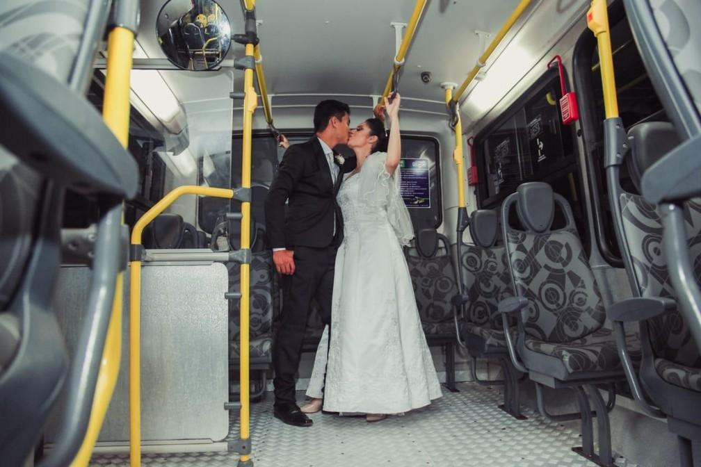 Casal faz ensaio inusitado de casamento dentro de ônibus em Lucas do Rio Verde — Foto: Alex Zimermann/Arquivo pessoal