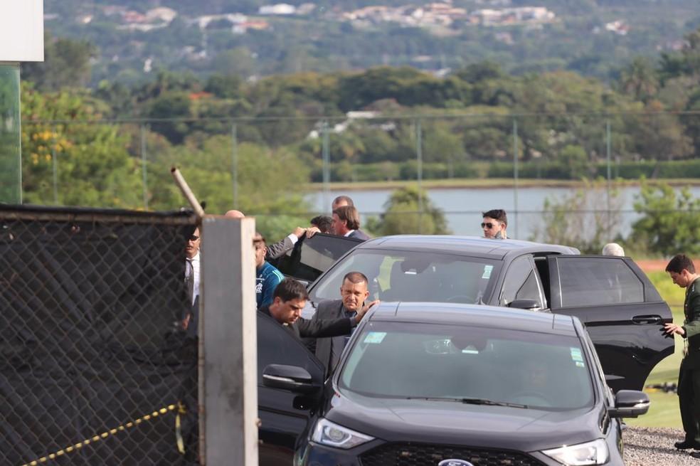 Bolsonaro visita treino do Flamengo em Brasília — Foto: Lucas Magalhães