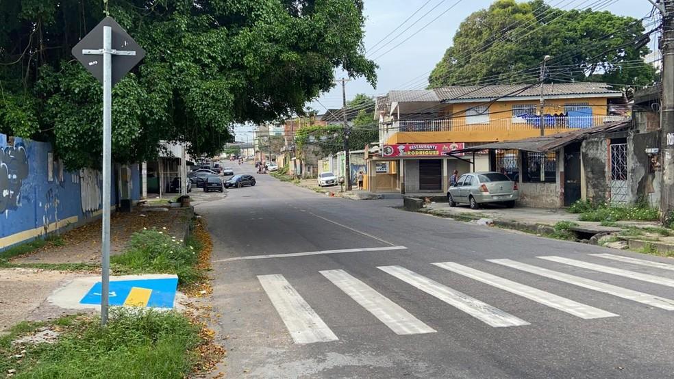 Homem não identificado em carro atirou contra dupla no momento que cometeriam crime na rua Delfim. — Foto: Patrick Marques/G1 AM
