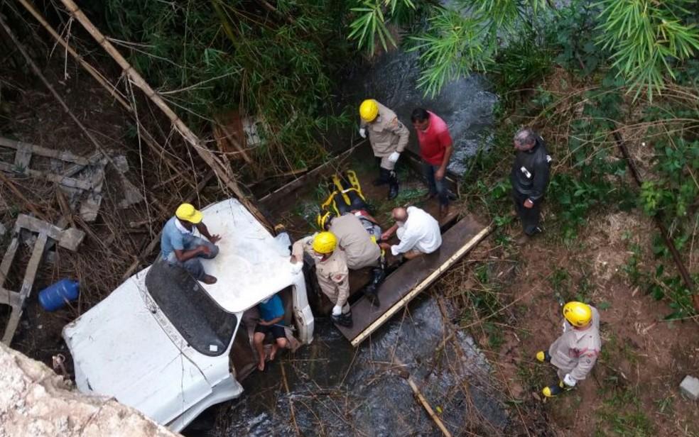 Crian�a salva av� ap�s caminhonete cair em rio na BR-364 em Mineiros, Goi�s (Foto: TV Anhanguera/Reprodu��o)