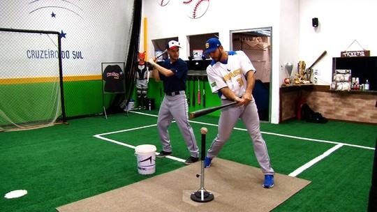 Jogador da seleção de beisebol ensina a rebater