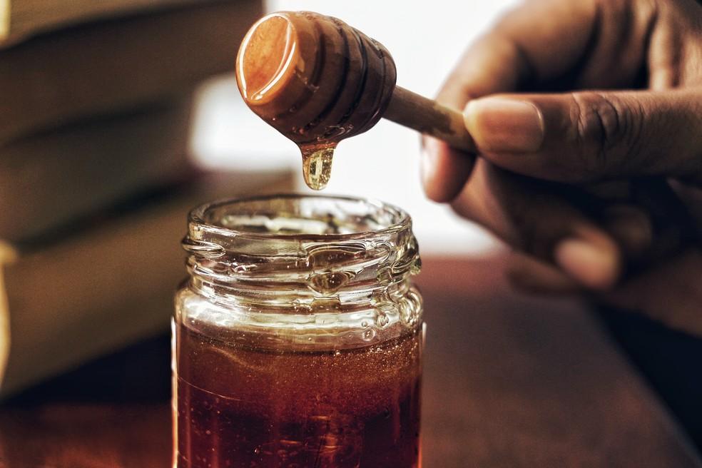 Yohanna Agurto usou criatividade para promover venda de mel, mas foi questionada por uso indevido da imagem do ator Mel Gibson. — Foto: Arwin Neil Baichoo/ Unsplash