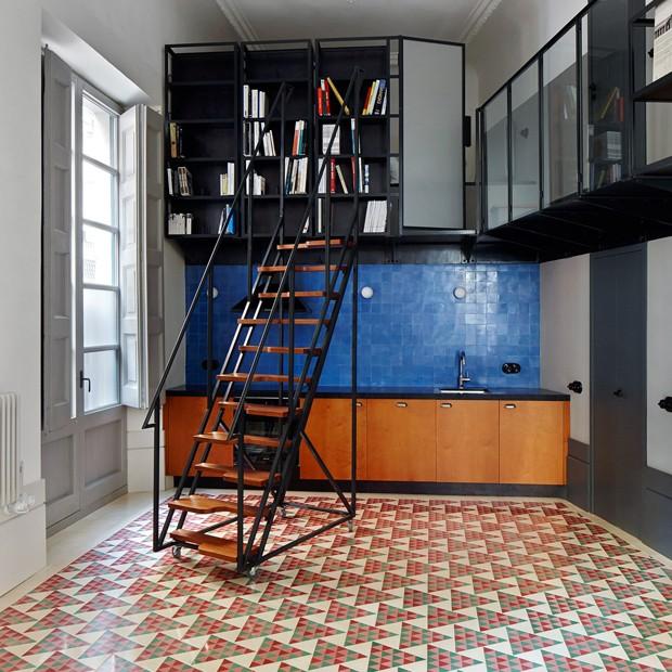Décor do dia: biblioteca suspensa sobre cozinha (Foto: Reprodução)