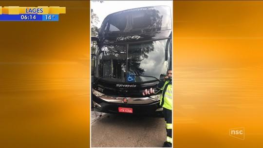 Ônibus de comerciantes gaúchos que fariam compras em SP é alvo de criminosos na Serra catarinense