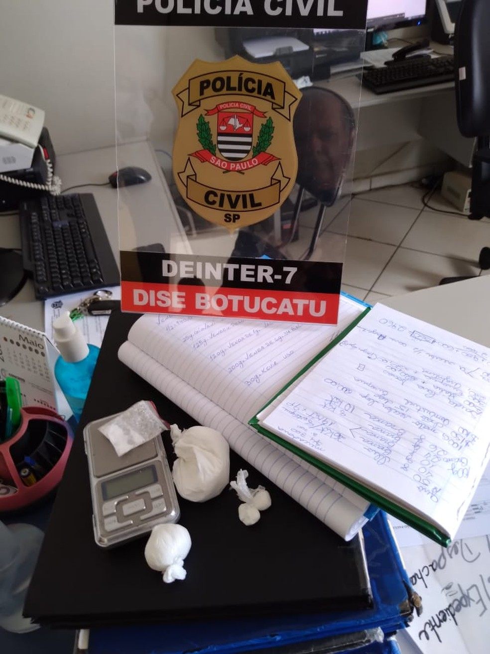 """""""Operação Narco"""" cumpre mandados de prisão em Botucatu (SP) e prende casal com entorpecentes encontrados por cão farejador — Foto: Polícia Civil/ Divulgação"""