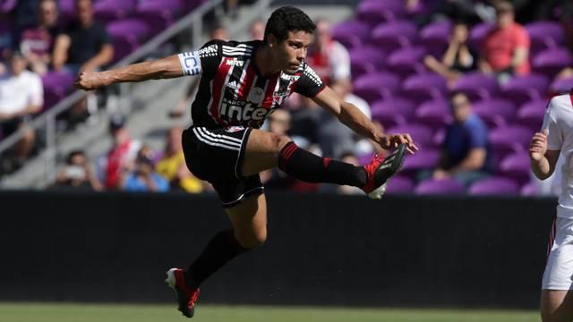 Hernanes marca para o São Paulo