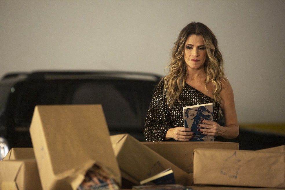 Silvana Nolasco (Ingrid Guimarães) observa sua biografia — Foto: Isabella Pinheiro/Gshow