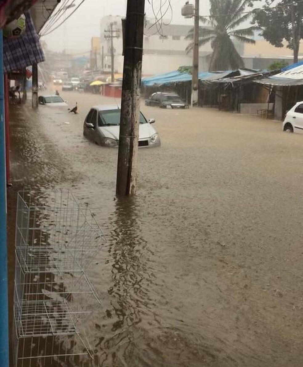 Avenida Barão do Rio Branco ficou alagada após forte chuva (Foto: Reprodução/WhatsApp)