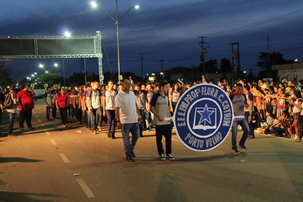 Alunos de várias escolas estaduais da capital também desfilaram — Foto: Diêgo Holanda/G1