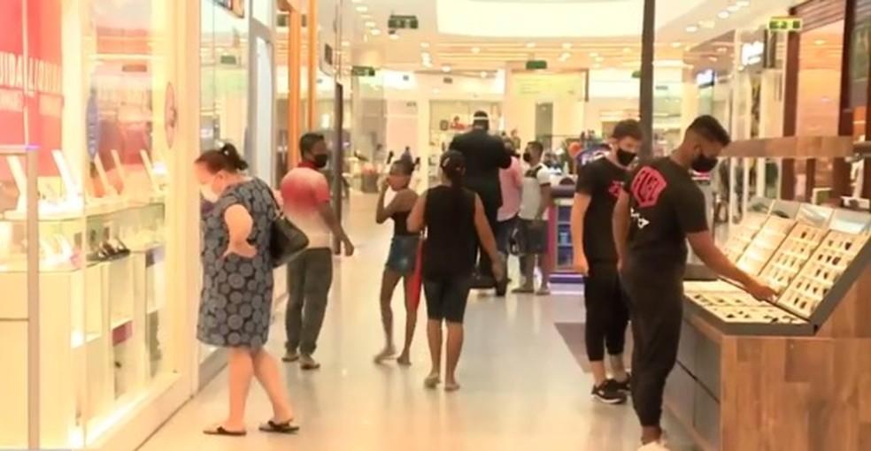 Lojas dos shoppings em Maceió abrem em horário normal no feriado; no Centro, funcionamento é reduzido — Foto: Reprodução/TV Gazeta