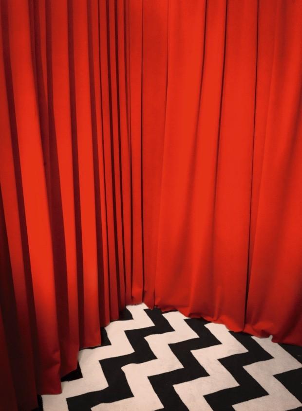 Decoracion de una cortina roja con alfombra blanco y negro  (Foto: Alfonso Ohnur)