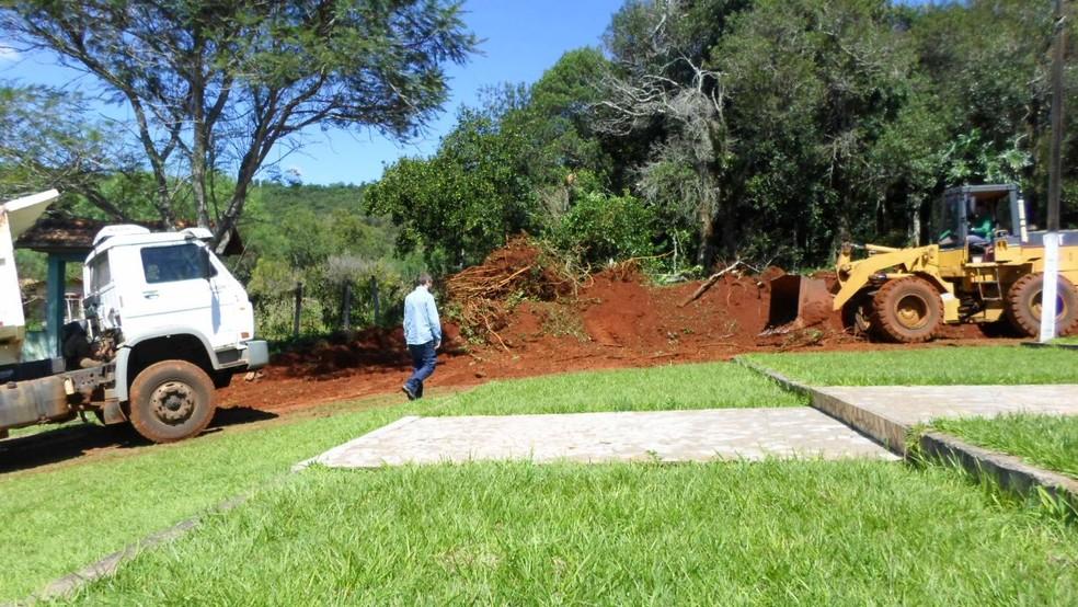 Três caminhões, uma escavadeira e três servidores da Secretaria de Obras do Virmond estavam trabalhando em uma obra particular, segundo a Polícia Civil (Foto: Polícia Civil do Paraná/Divulgação)