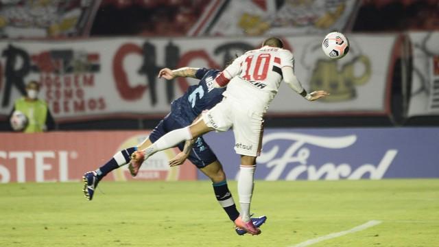 Daniel Alves faz gol de cabeça, anulado logo depois