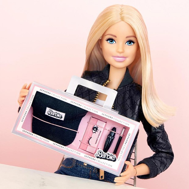 Barbie com seu kit Sephora Collection (Foto: Reprodução / Instagram)