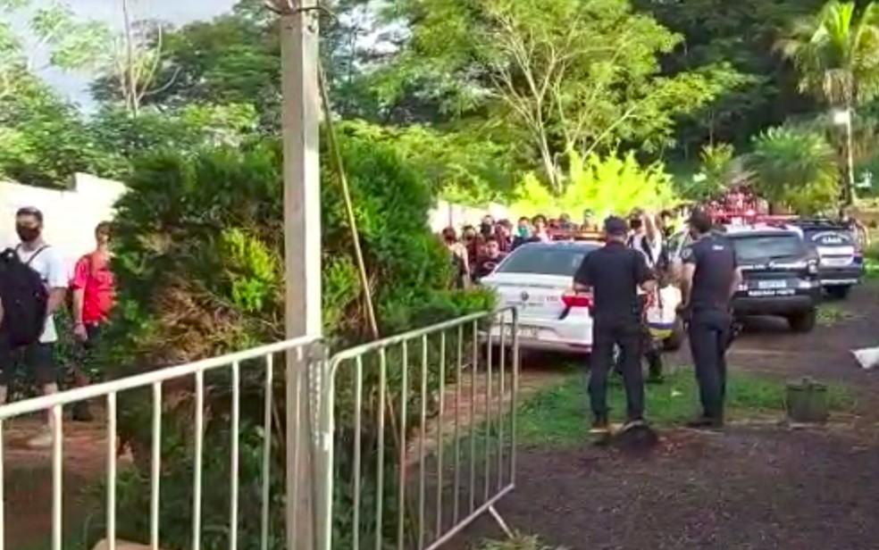 Centenas deixam recinto de rave clandestina em Ribeirão Preto, SP, após ação da Fiscalização — Foto: GCM/Divulgação