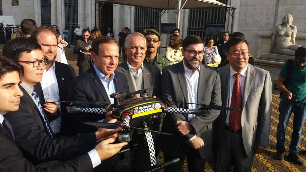 Prefeito João Doria (centro) um dos drones que não têm autorização para voar no Brasil (Foto: Tatiana Santiago/G1)