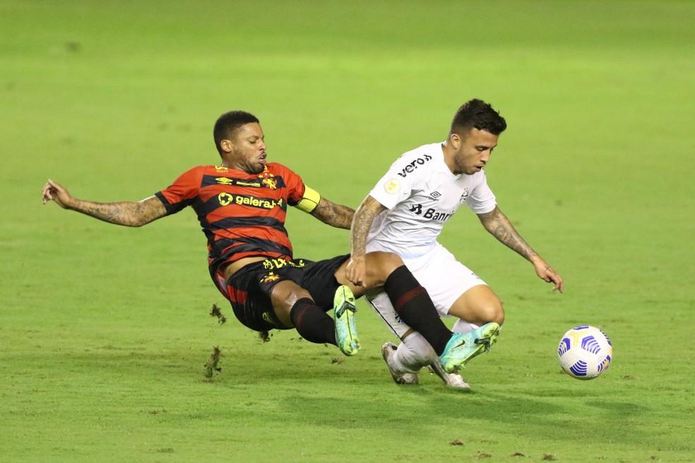 Matheus Henrique divide com André na partida contra o Sport — Foto: Marlon Costa/Pernambuco Press