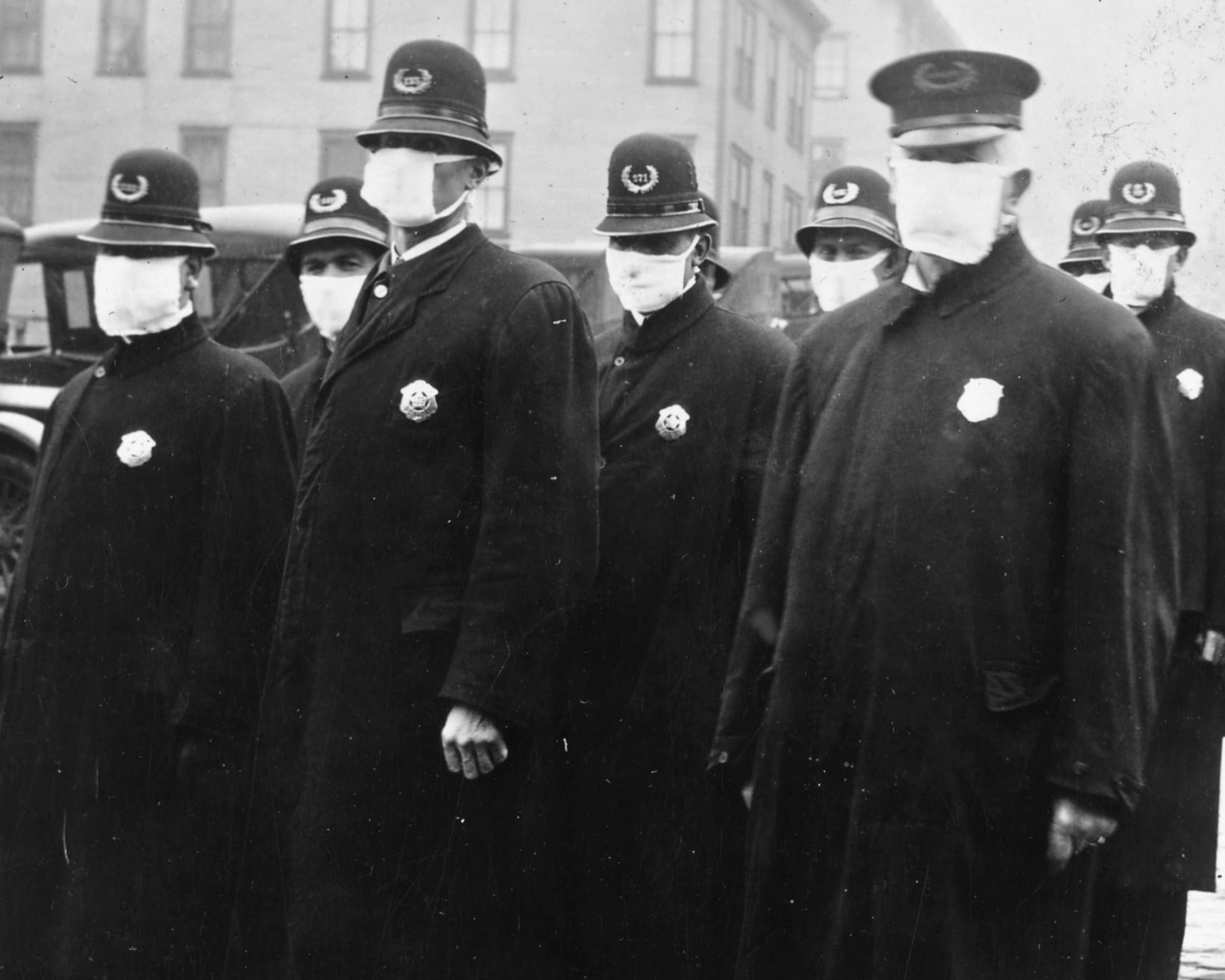 Policiais em Seattle, nos EUA, usam máscaras na época da gripe espanhola