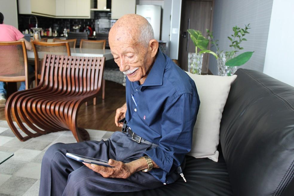 Euro Tourinho é um dos jornalistas mais antigos do Brasil  — Foto: Pedro Bentes/ Arquivo/G1