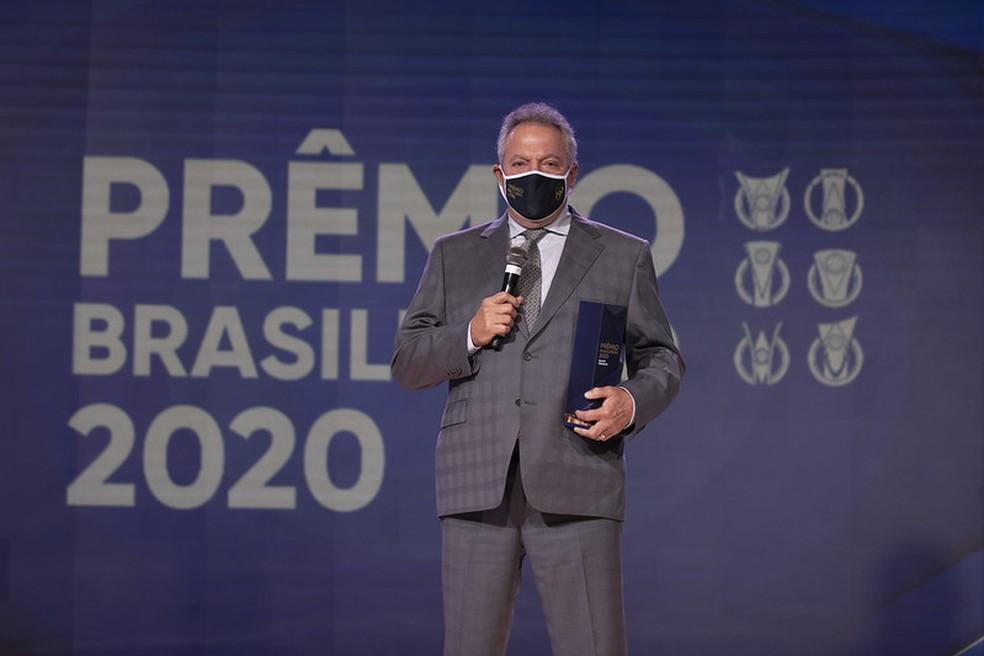 Abelão fala ao público ao receber prêmio de melhor treinador do Brasileiro 2020 — Foto: Lucas Figueiredo / CBF