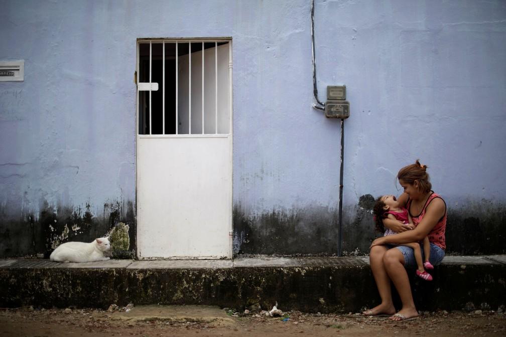 Gabriela Alves de Azevedo, 22, segura a filha de dois anos Ana Sophia, que nasceu com microcefalia, na casa delas em Olinda — Foto: Ueslei Marcelino/Reuters