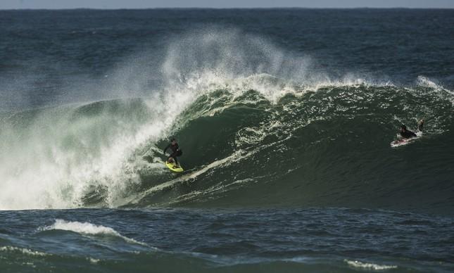 Surfista local treina na Laje da Manitiba