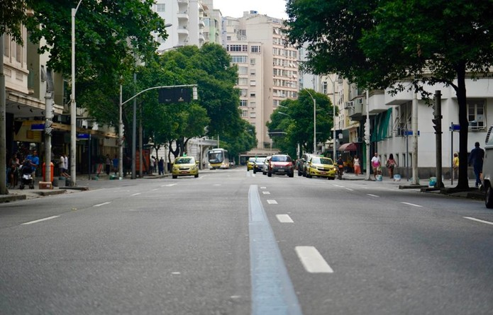 Avenida Nossa Senhora de Copacabana tinha trânsito atípico às 17h27 — Foto: Marcos Serra Lima/G1