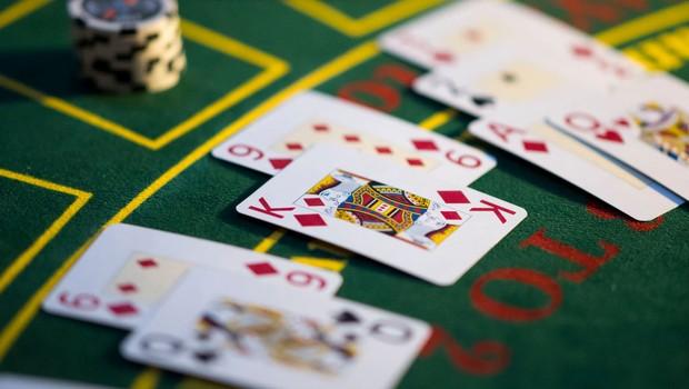 How do you cheat a slot machine