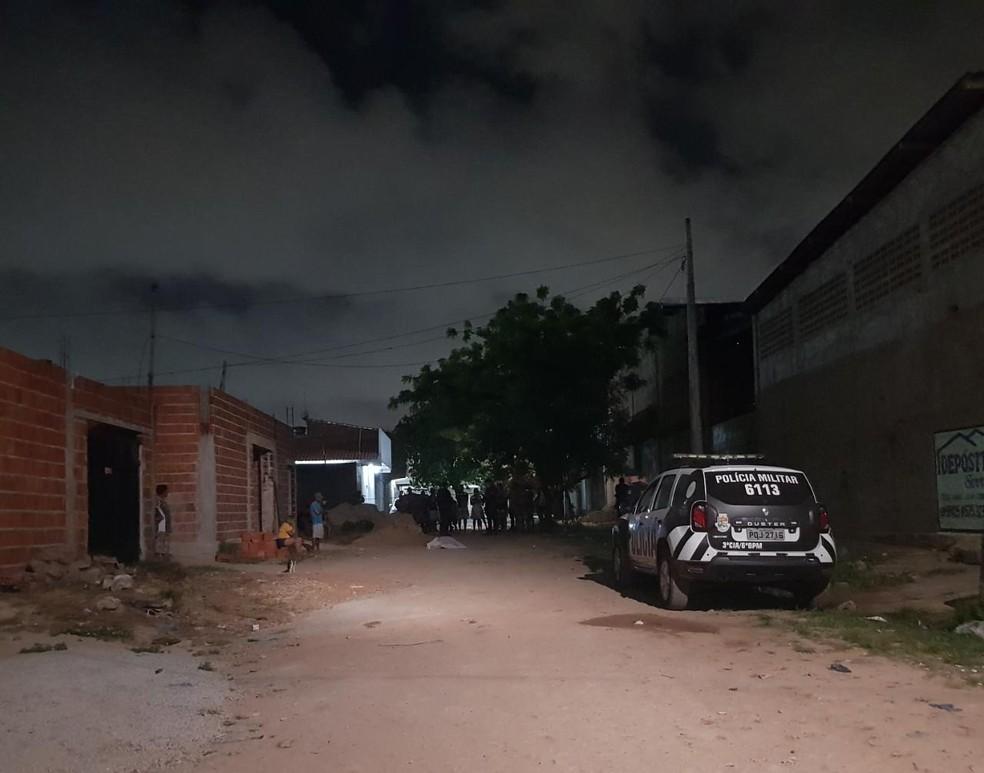 Luis Pereira da Silva Júnior foi morto na Rua Quirino Lopes, no Bairro Serrinha. — Foto: Rafaela Duarte/ Sistema Verdes Mares