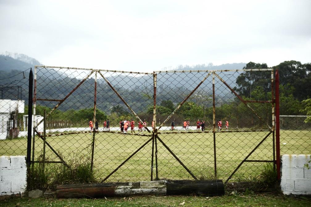Entrada para o campo do Leon Feffer, local dos treinos do Atlético Mogi — Foto: Marcos Ribolli