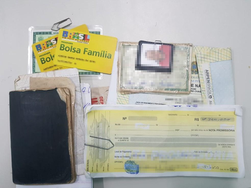 Documentos de beneficiários foram apreendidos na casa de vereador e funcionário — Foto: Divulgação/Polícia Civil