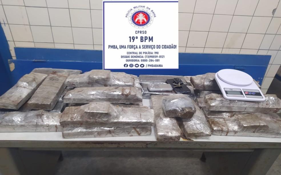 Droga estava embalada em tabletes e escondida em porta-malas de veículo próximo ao terminal rodoviário de Jequié — Foto: Divulgação/SSP