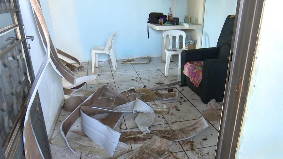 Forro e teto foram danificados no incêndio provocado pelo ex-marido da vítima (Foto: Lucas Torres/Portal Sorriso)