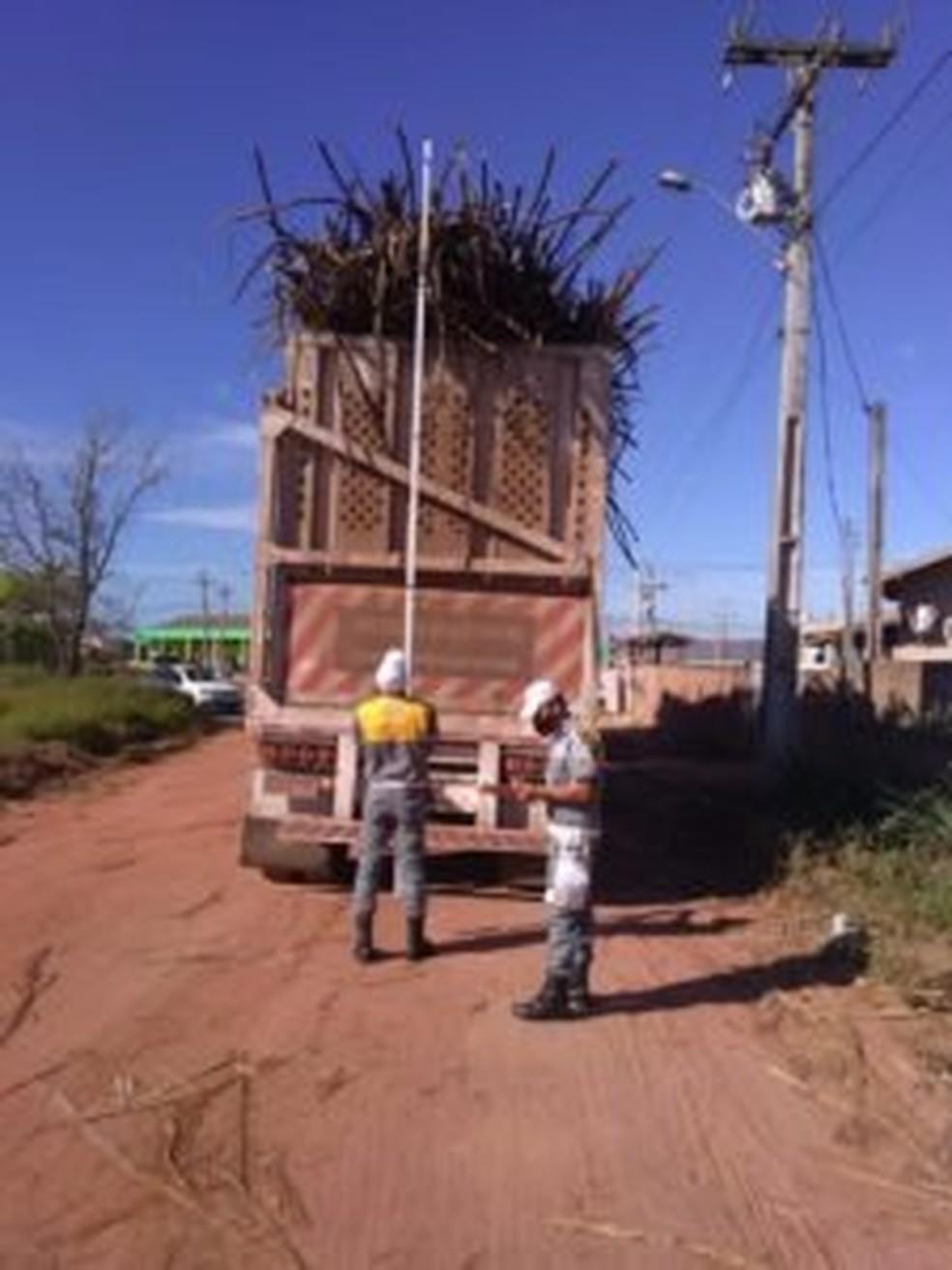 Caminhões de transporte de cana-de-açúcar são fiscalizados em São Francisco de Itabapoana, no RJ — Foto: Divulgação/Emtransf