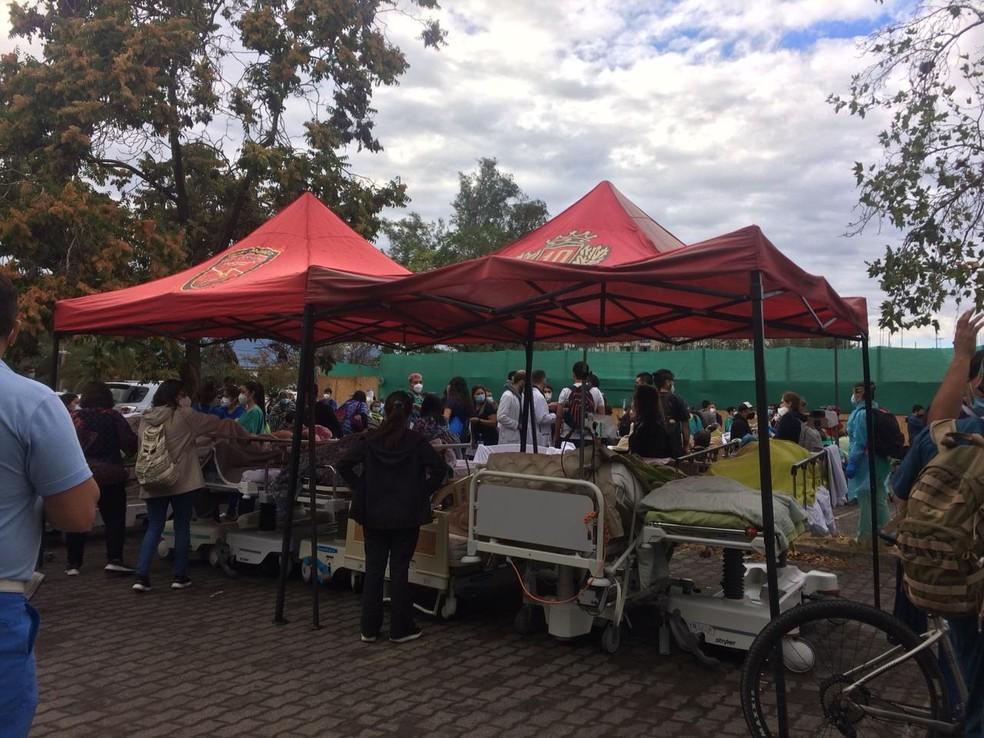 Hospital de campanha construído com tendas para apoio a pacientes de hospital afetado por incêndio, no Chile — Foto: Reprodução/Twitter