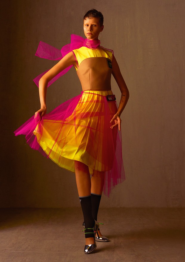 Top de lã, sobreposição de vestido de tule e vestido de cetim de seda (Foto: Zee Nunes)
