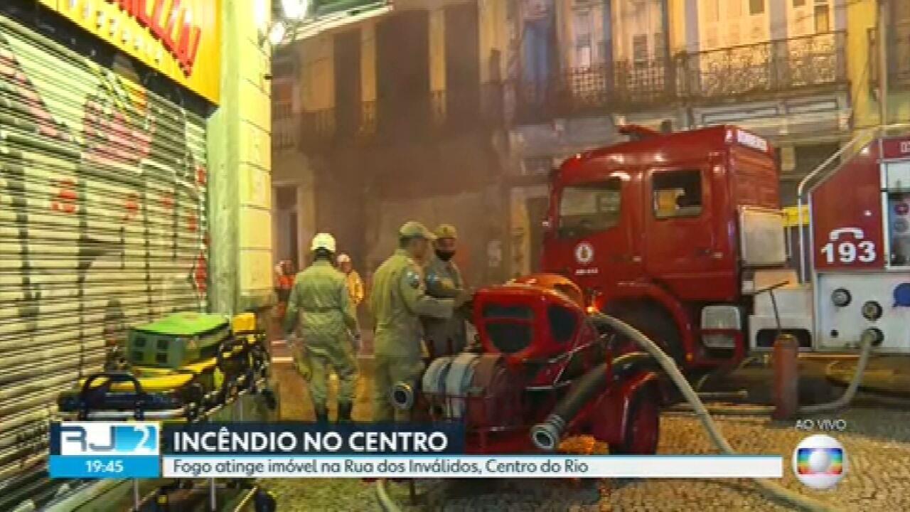 Fogo atinge imóvel na Rua dos Inválidos, centro do Rio