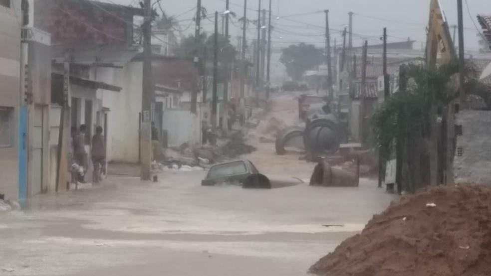 Carro foi arrastado na Rua Santa Luzia, no bairro Igapó — Foto: Ediana Miralha/Inter TV Cabugi