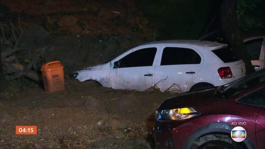 Carros arrastados pela chuva no RJ ficam presos na lama
