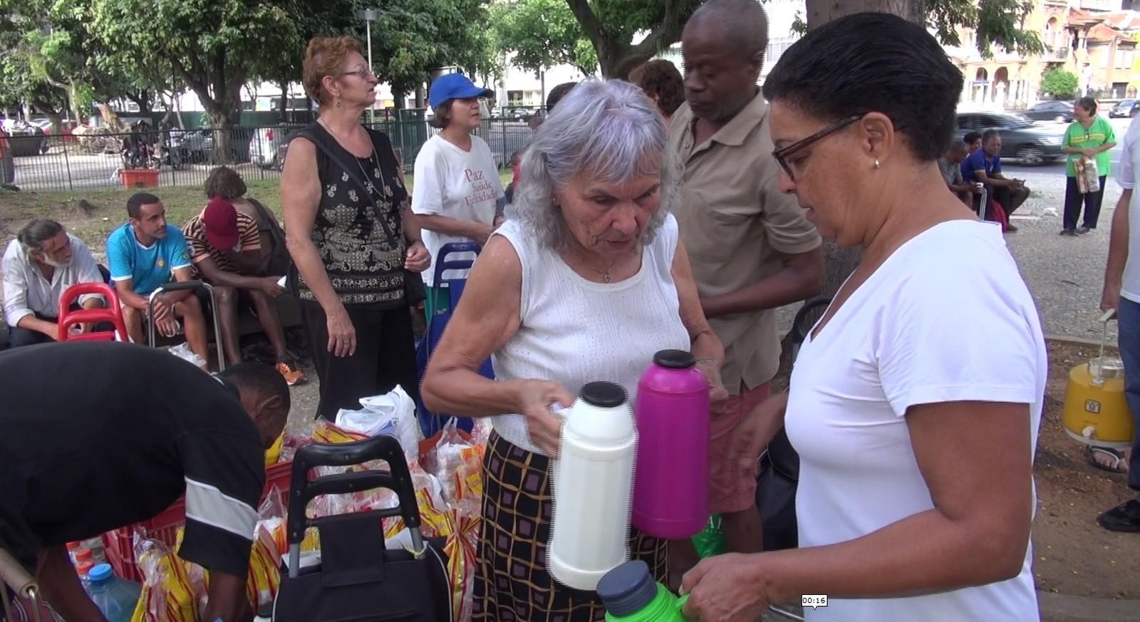 Café, sanduíche e suco são distribuídos por voluntários do projeto 'Voar' (Foto: Bruno Albernaz / G1)
