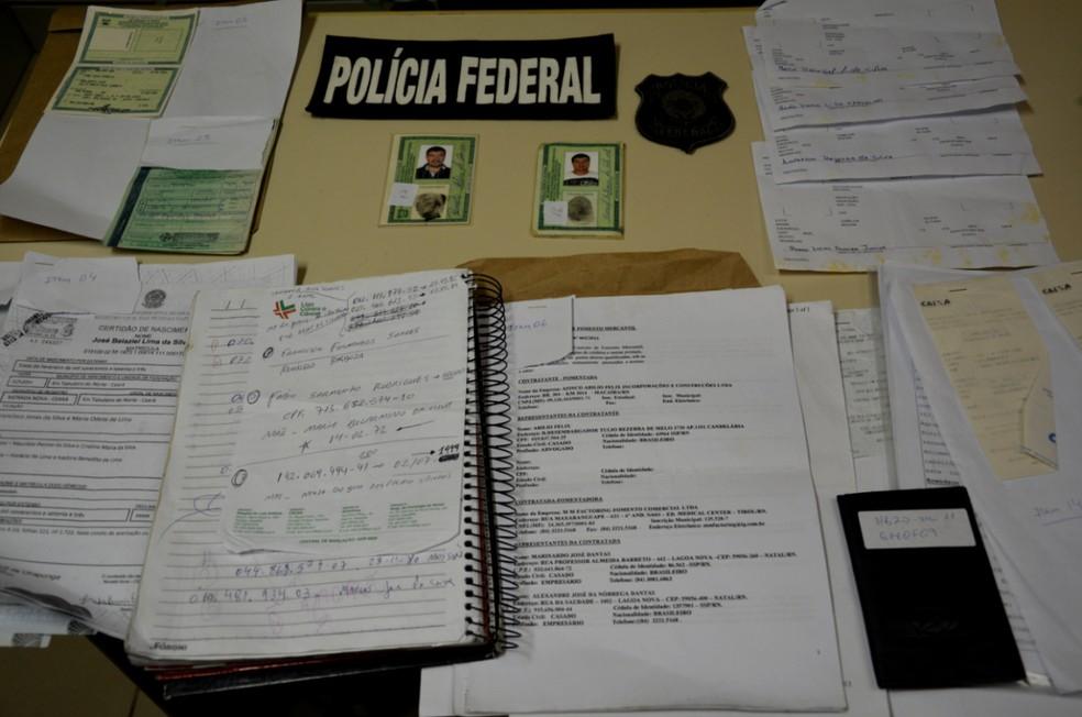 Documentos foram apreendidos pela Polícia Federal durante ação contra quadrilha especializada em fraudes em CPFs — Foto: Polícia Federal/Divulgação