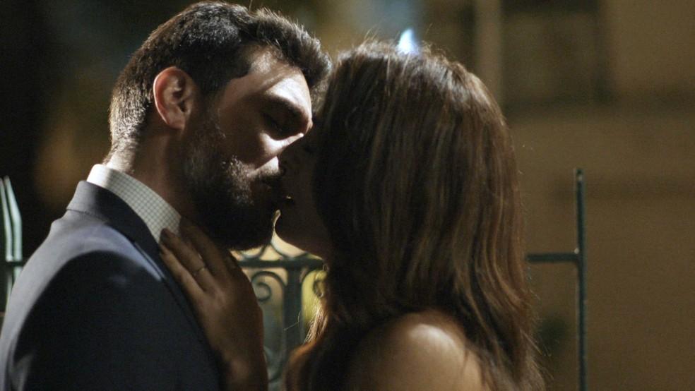 1... Eles dão um beijo! (Foto: TV Globo)