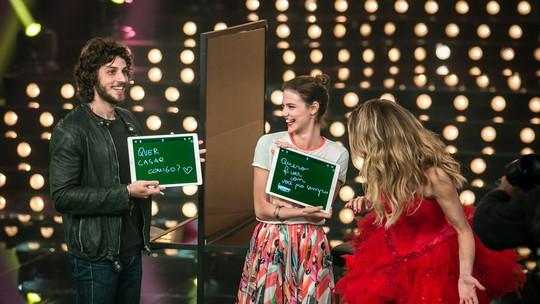 Chay Suede e Laura Neiva testam sintonia em jogo com direito a pedido de casamento
