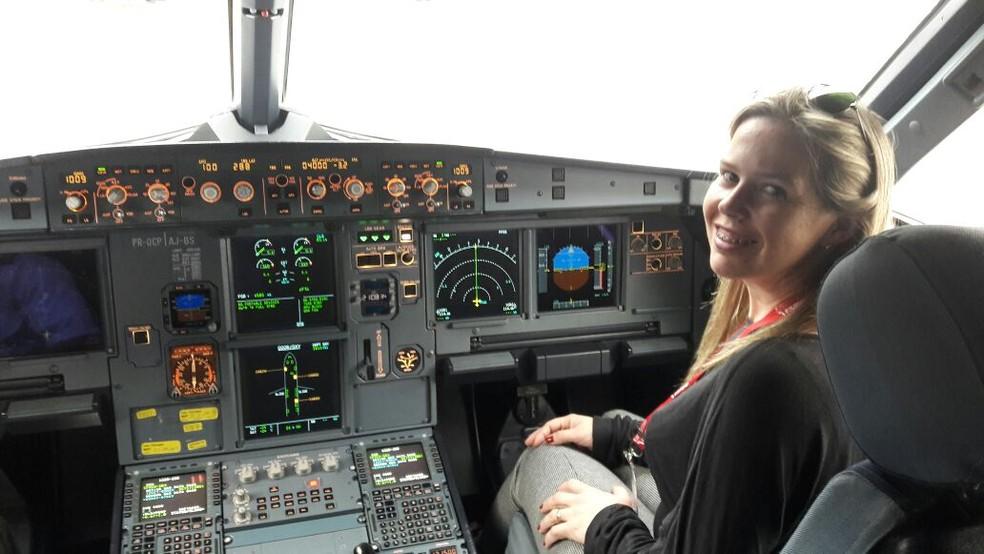 Nathalie Porto na cabine do avião (Foto: Arquivo Pessoal)