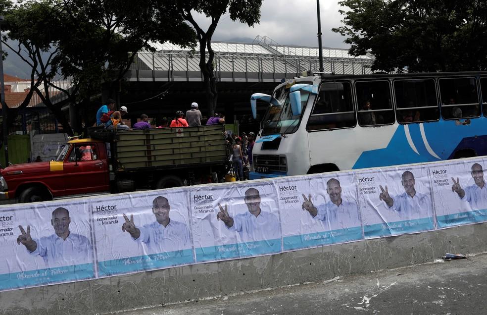 Cartazes do candidato ao governo do estado de Miranda, Hector Rodrigues, são vistos em Caracas (Foto: REUTERS/Ricardo Moraes)