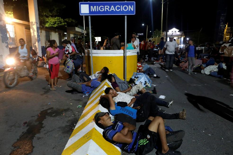 Imigrantes hondurenhos descansam no posto de controle entre Guatemala e México — Foto: REUTERS/Edgard Garrido