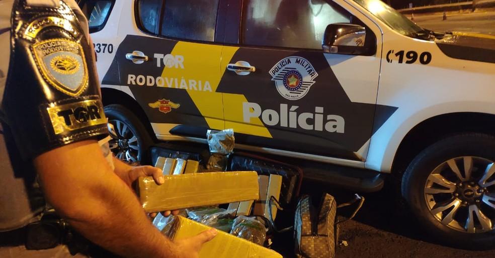 Droga foi encontrada nas bolsas que as mulheres transportavam no bagageiro — Foto: Polícia Rodoviária/Divulgação