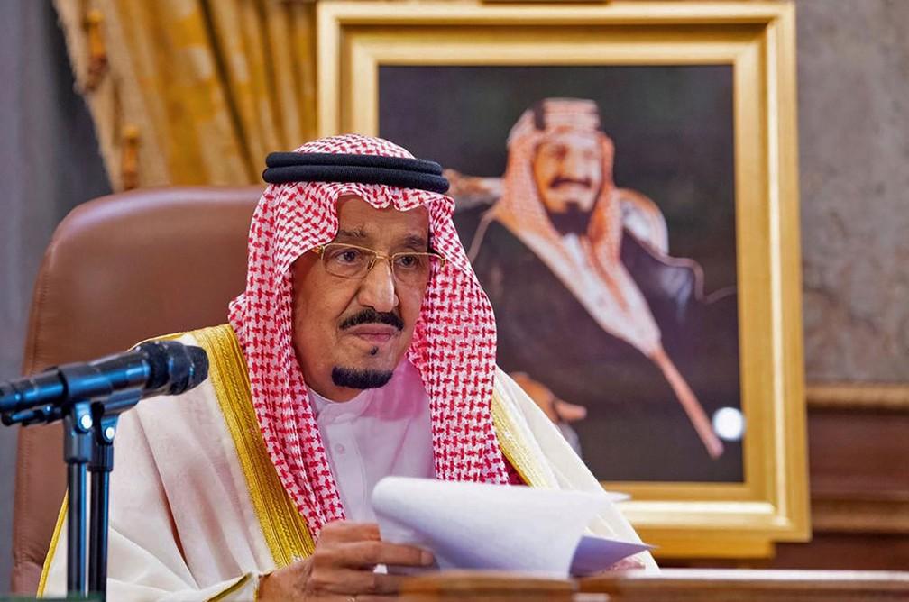 Em 19 de março, rei Salman bin Abdulaziz fala aos moradores da Arábia Saudita em um discurso televisionado sobre a pandemia de Covid-19 — Foto: Bandar Al-Jaloud / Palácio Real Saudita / AFP